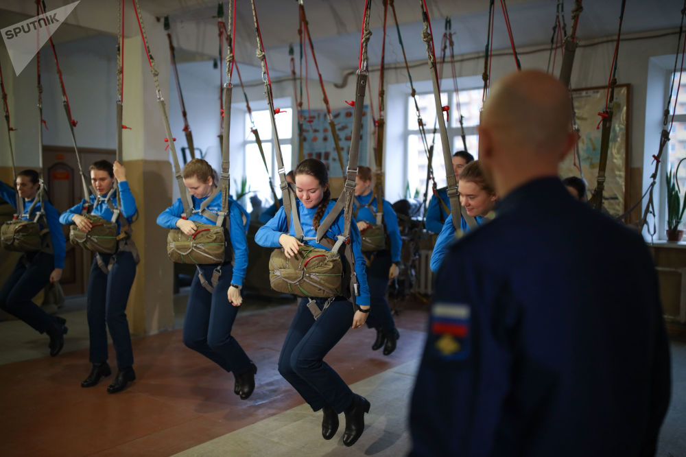 克拉斯诺达尔高等军事航空飞行学校飞行培训课上的女学员