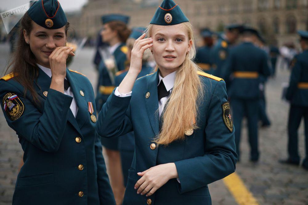 俄罗斯紧急情况部下属学校的女毕业生在红场上