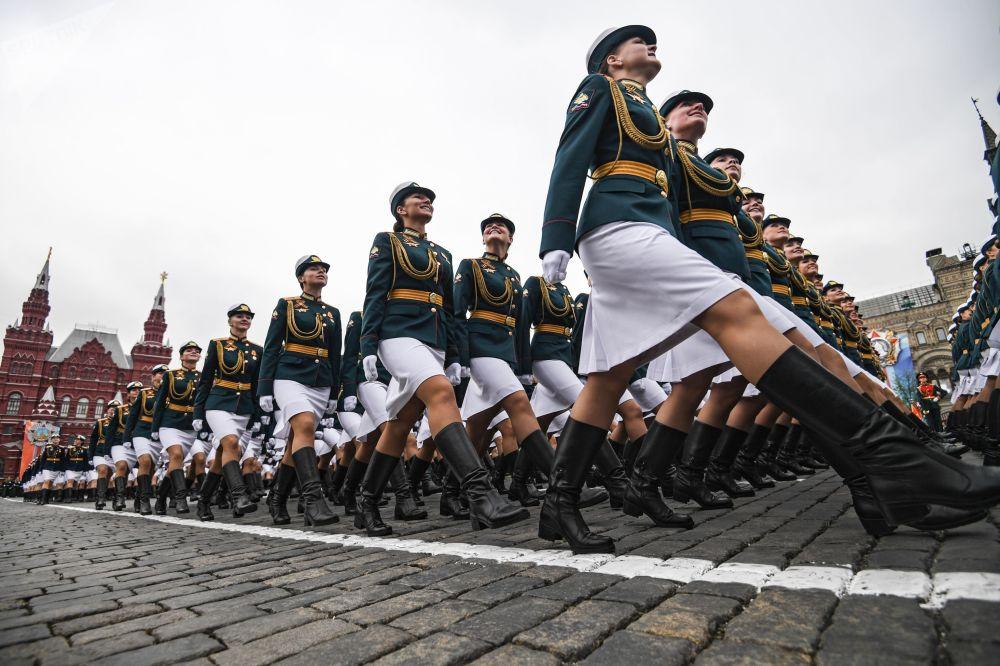 在红场阅兵式总彩排上的女兵