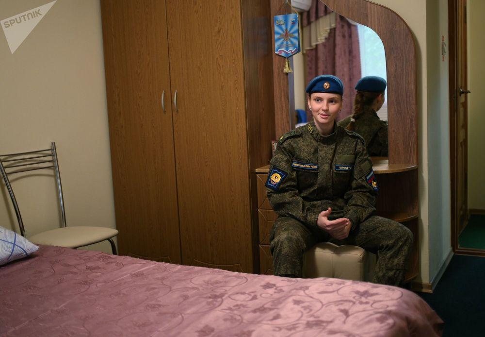 克拉斯诺达尔高等军事航空飞行学校的女飞行员学员在宿舍里
