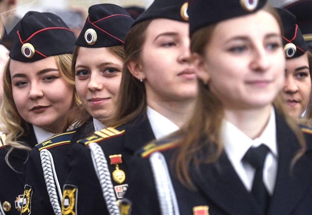 士官武备学校的女学员们在证书颁发仪式上