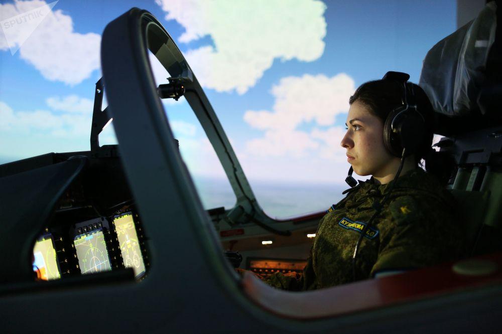 在飞行训练中心上课的女学员