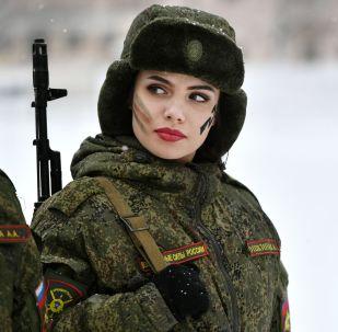导弹部队女兵选美和专业技能比赛上的参赛者