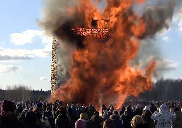 """俄罗斯民众在卡卢加市郊焚烧木制的""""巴士底狱"""""""