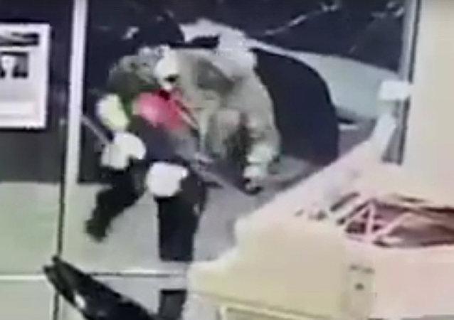 一名美国男子为了偷毛绒玩具砸坏商店橱窗