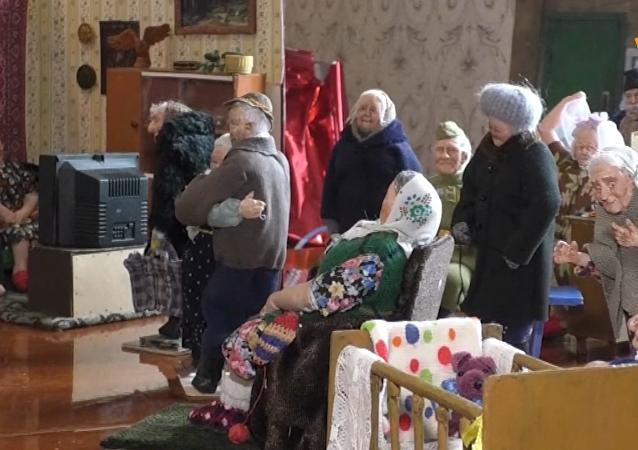 感人的西伯利亚老奶奶娃娃