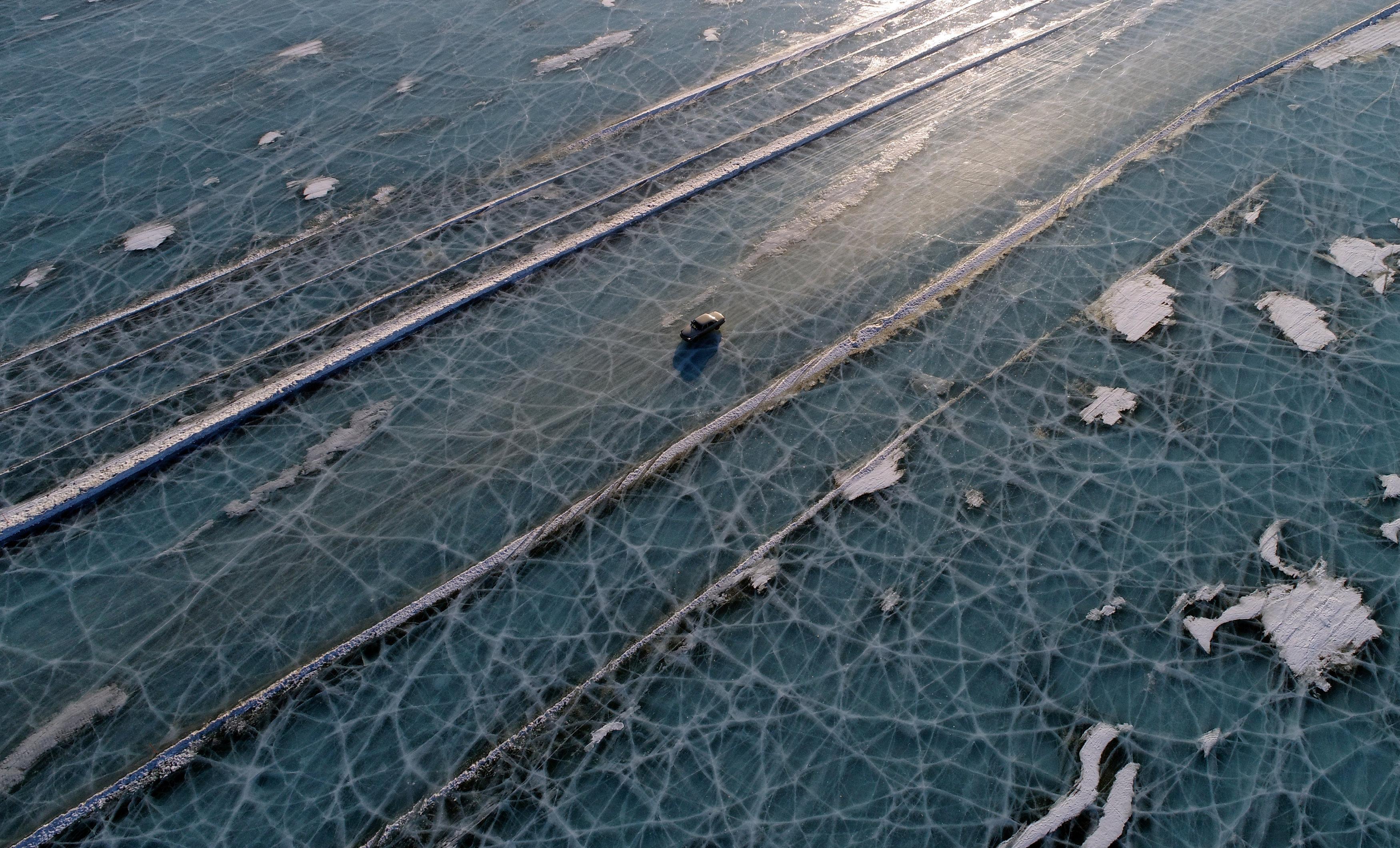 俄罗斯司机在叶尼塞河冰面上淡定驰骋