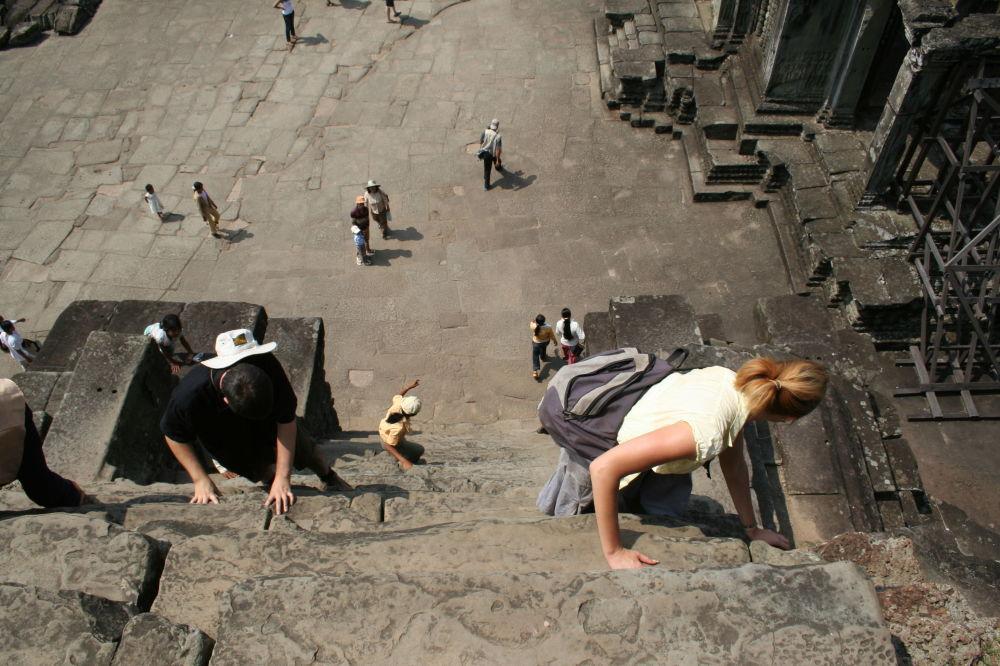 柬埔寨吴哥窟的阶梯有70度的倾斜度