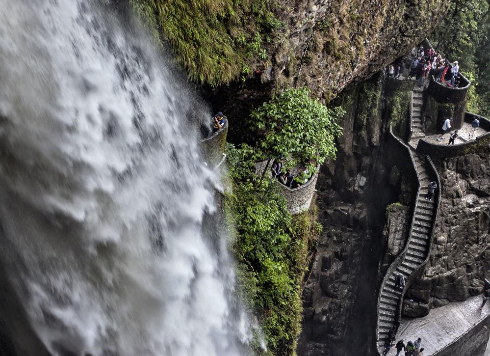 """厄瓜多尔""""恶魔之炉""""瀑布旁的阶梯"""