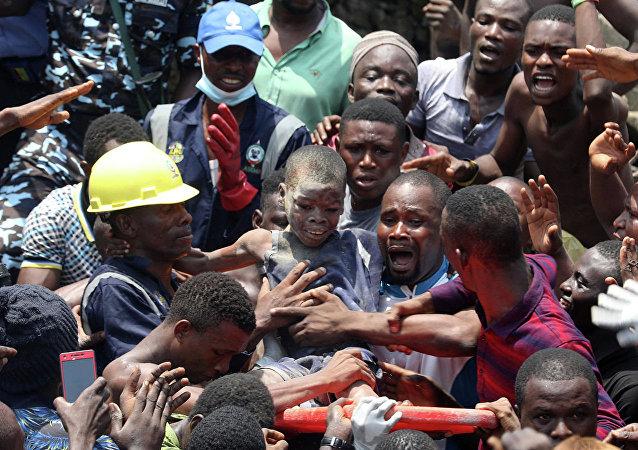 尼日利亚民兵遣散自己队伍中大约900名童子军