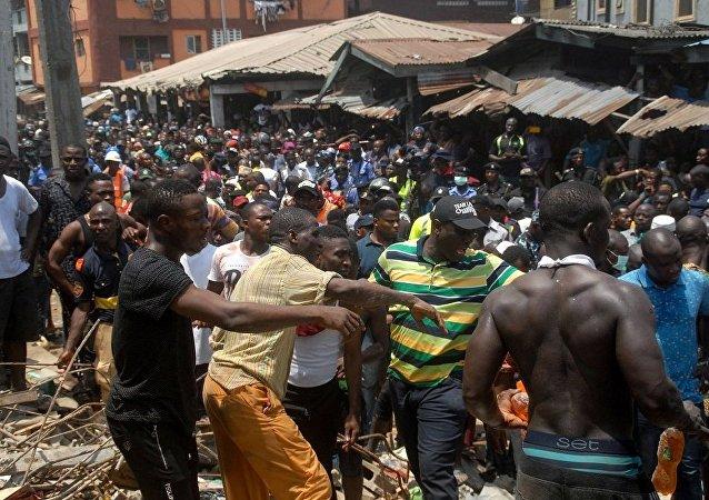 约60人被从尼日利亚垮塌校舍废墟中救出