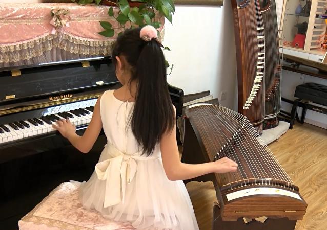 中国小神童:左手弹钢琴右手弹古筝