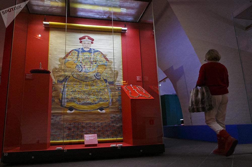 清乾隆年间(1736-1796)身着礼袍的乾隆皇帝肖像