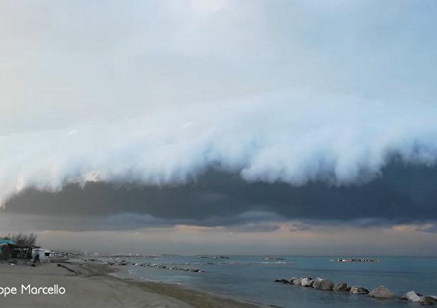 意大利人看到了天上可怕的雲
