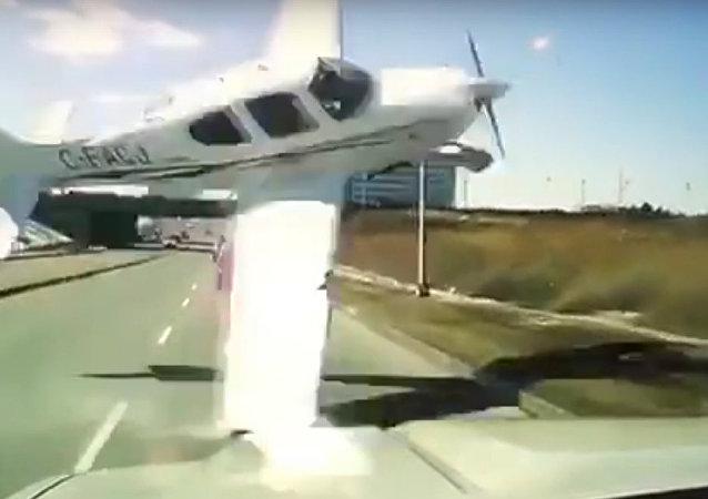 坠机几乎击中高速公路上的汽车