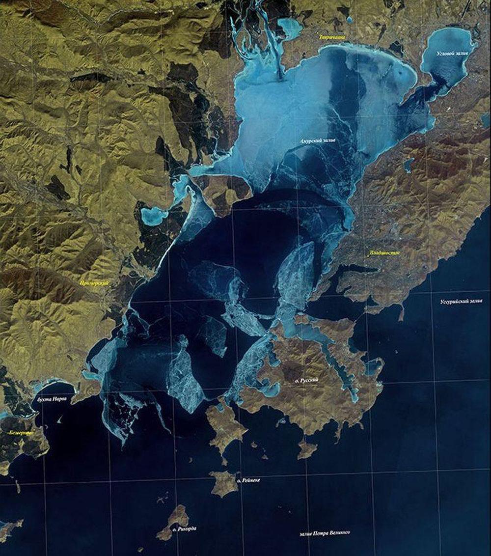 卫星图像显示符拉迪沃斯托克海域被冰封