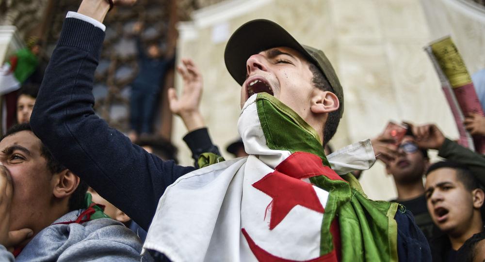 阿尔及利亚游行示威中至少75人被拘 11名警察受伤