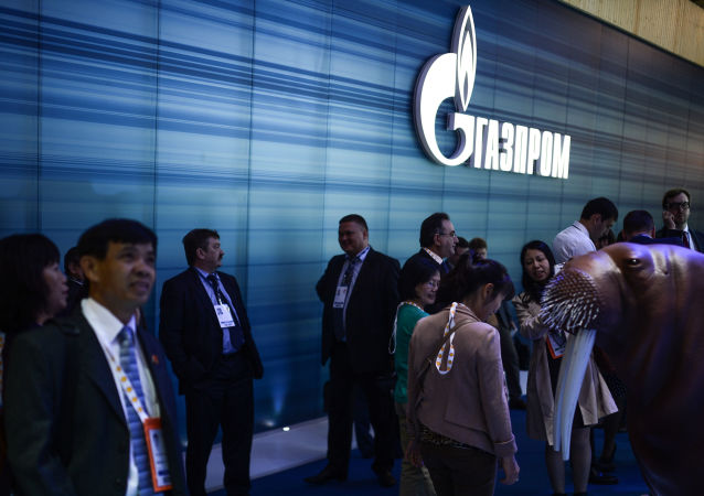 Посетитель у стенда компании Газпром на Мировой нефтяной выставке в МВЦ Крокус Экспо
