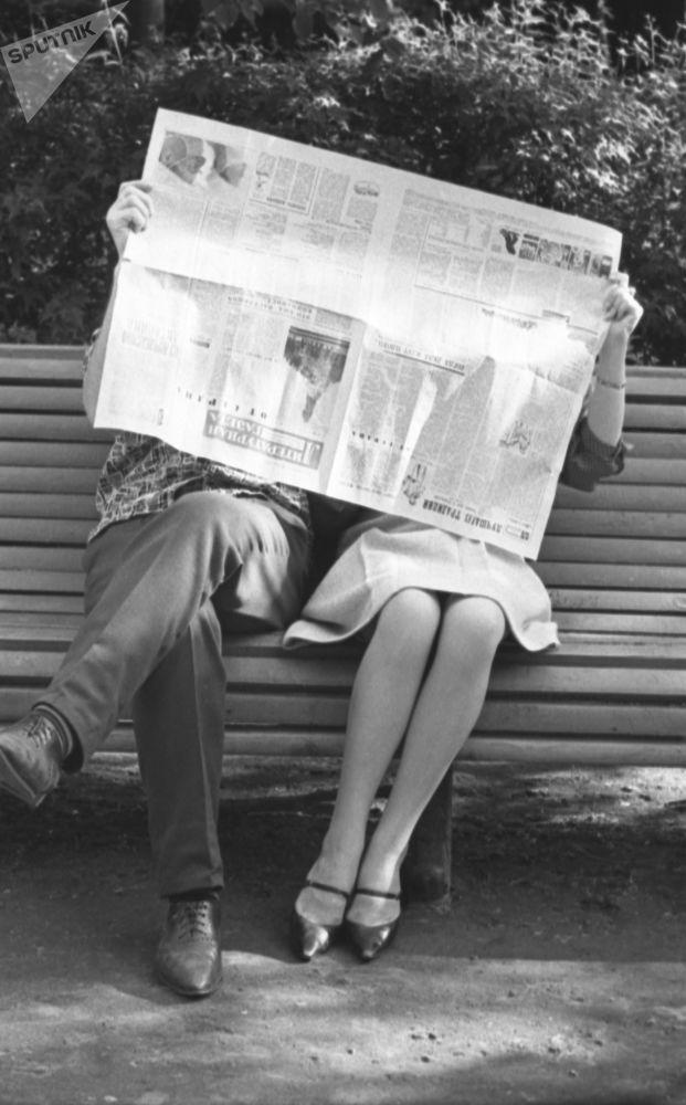 1964年莫斯科公园长椅上的恋人