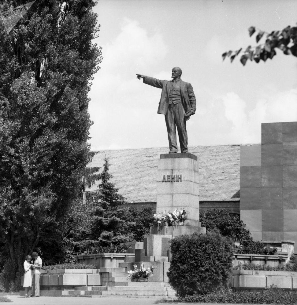 1983年,恋人在乌克兰社会主义共和国的列宁纪念碑下约会