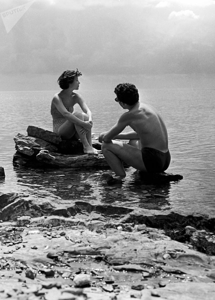 1959年,莫斯科纺织学院的学生们在黑海附近的体育夏令营中放松身心