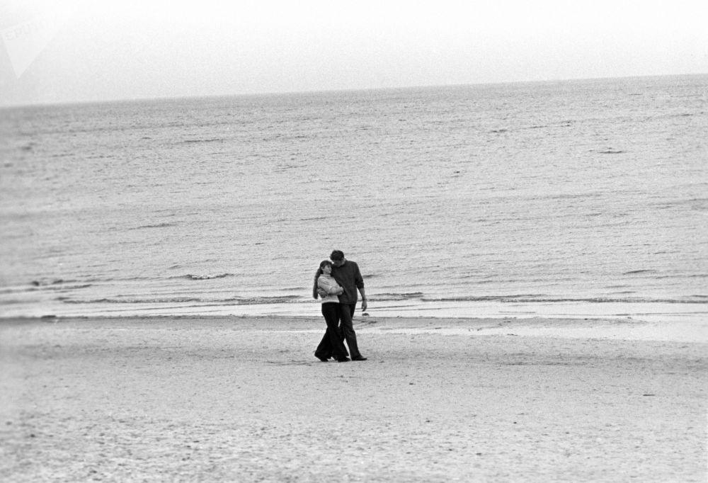 """1974年拉脱维亚苏维埃社会主义共和国""""班歌""""渔场海岸旁的情侣"""