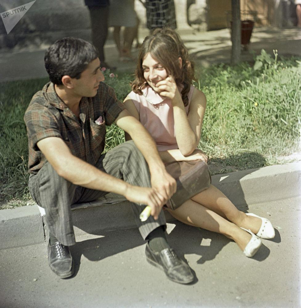 1969年亚美尼亚苏维埃社会主义共和国闲庭信步的年轻人