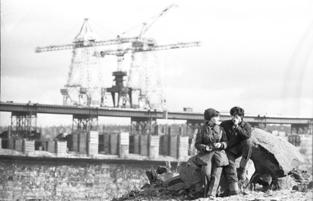 1974年乌斯季伊利姆水电站下班后的建设者