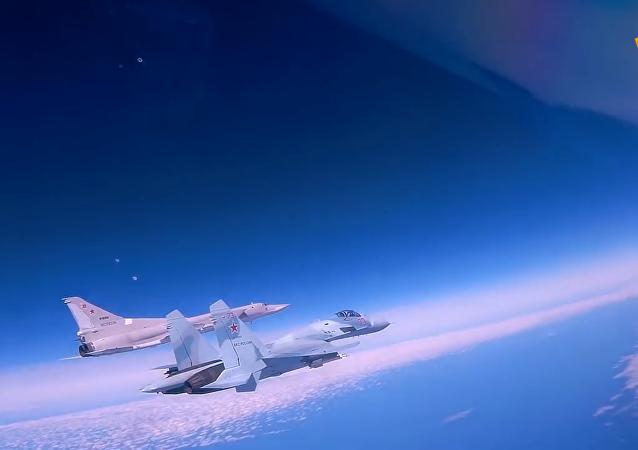 俄图-22M3轰炸机黑海上空飞行画面曝光
