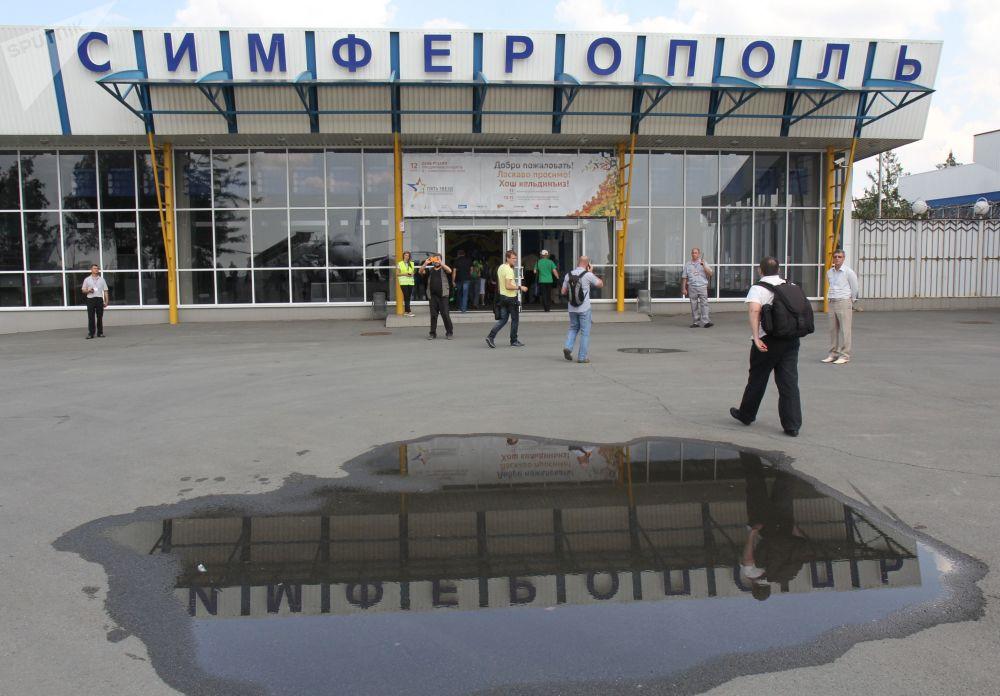 辛菲羅波爾機場大樓入口附近的乘客
