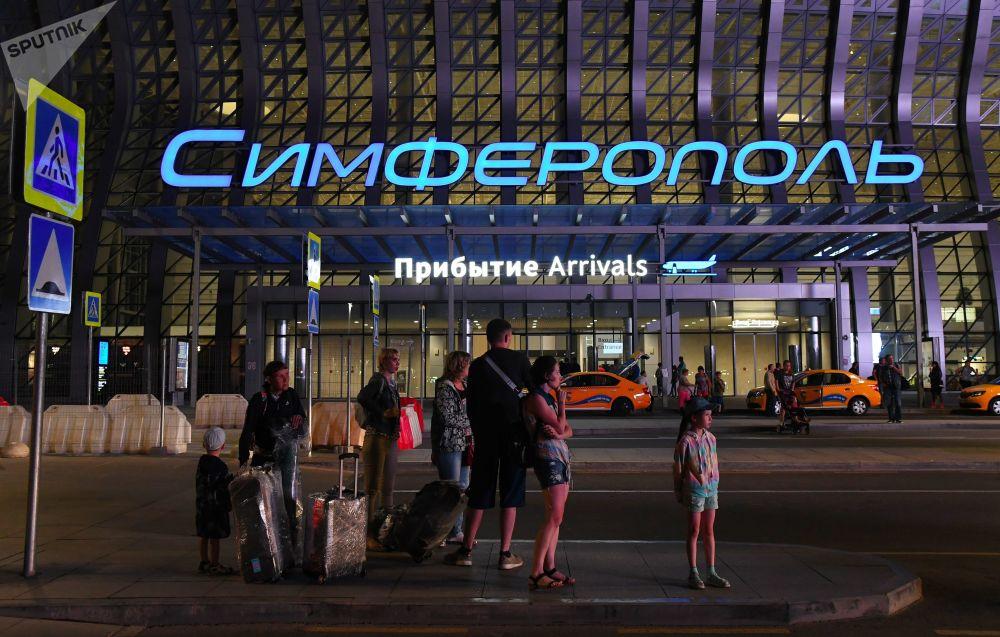 「辛菲羅波爾」國際機場「克里米亞波浪」航站樓附近的乘客