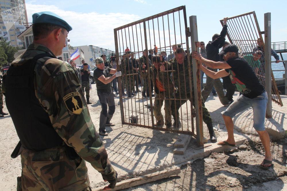民眾義務治安員拆除雅爾塔附近帕爾科沃耶鎮海灘入口處的圍欄