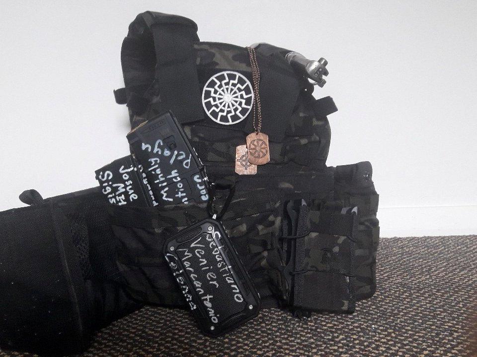 照片上可以看出防彈背心和保護裝備,這張照片顯然是槍手於2019年3月12日發佈到推特上的