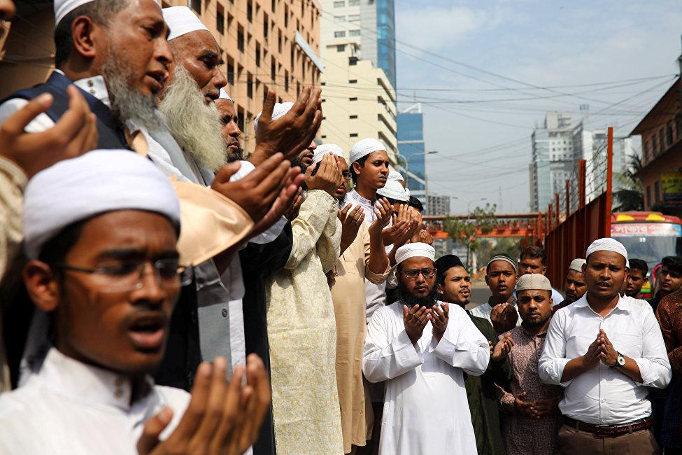 孟加拉國達卡的穆斯林為克賴斯特徹奇市清真寺恐襲的遇難者祈禱