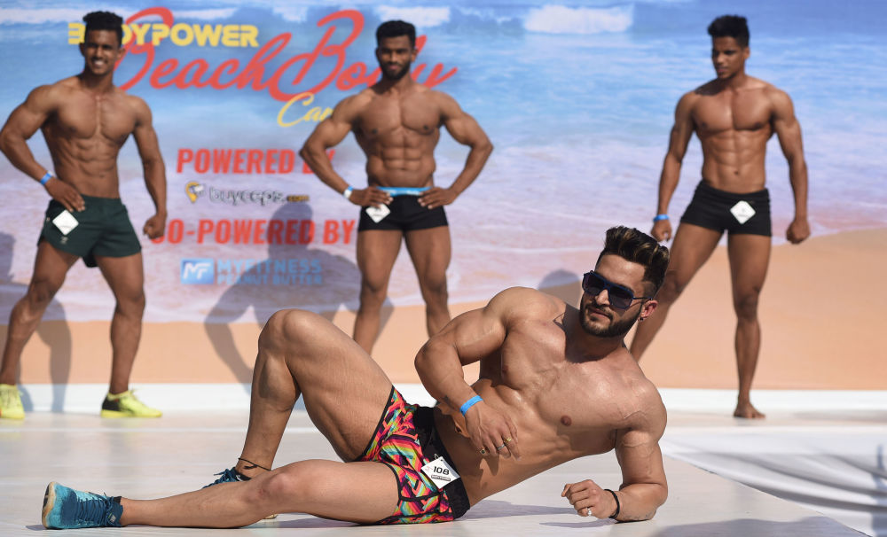 印度果阿邦举行沙滩秀 健美达人诠释力与美