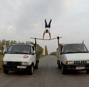 俄男子超危險特技表演