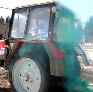 俄罗斯举行拖拉机冬季两项比赛