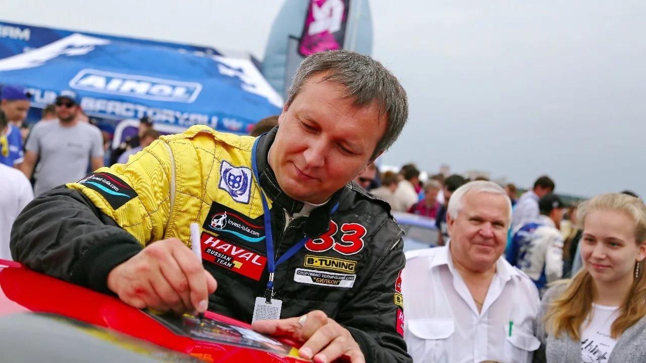 赛车手安德烈给粉丝留签名