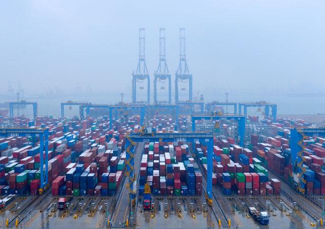 Контейнеры на автоматизированном контейнерном терминале в порту Циндао, провинция Шаньдун, Китай