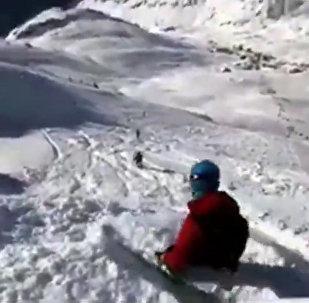 奥地利高山滑雪者遭遇雪崩的情景被拍下
