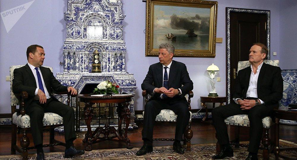 俄羅斯總理梅德韋傑夫(左)、反對派平台-為了生活黨領袖博伊科(中)和反對派平台-為了生活黨政治委員會主席梅德韋丘克