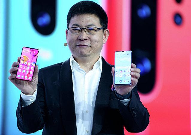 华为推出旗舰智能手机并打趣苹果公司