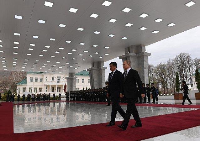 吉尔吉斯斯坦总统在大理石帐篷中与俄罗斯总统举行会晤