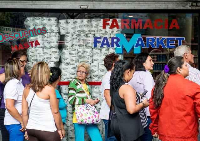 Очередь в аптеку в Каракасе, Венесуэла