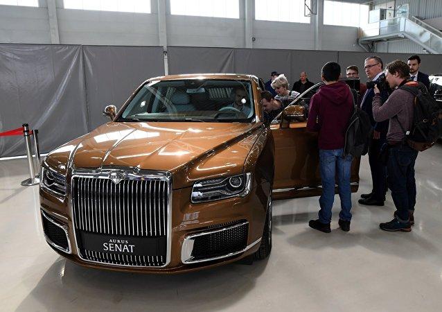 金色的俄Aurus汽車亮相聖彼得堡國際經濟論壇