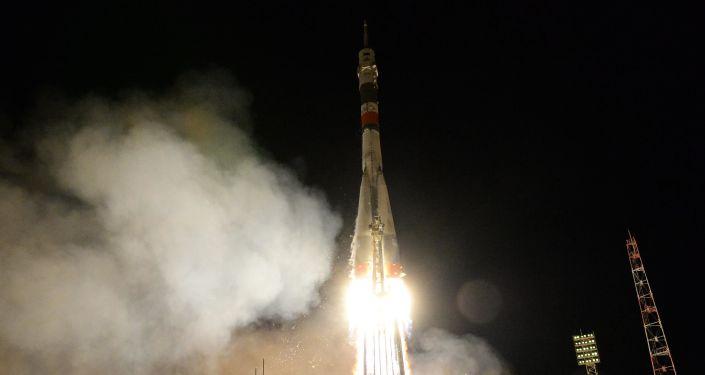 俄救援人员筹备发射载有机器人的联盟MS-14号飞船