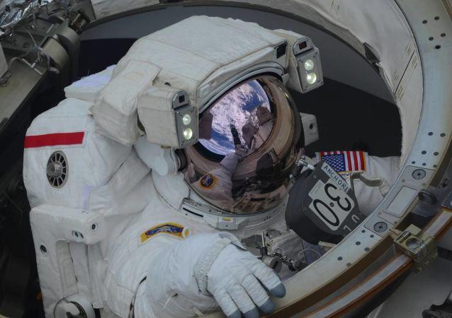 美国宇航员黑格和摩根进入开放太空