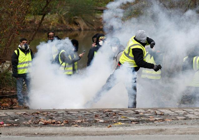 巴黎警方用催泪瓦斯驱散示威者