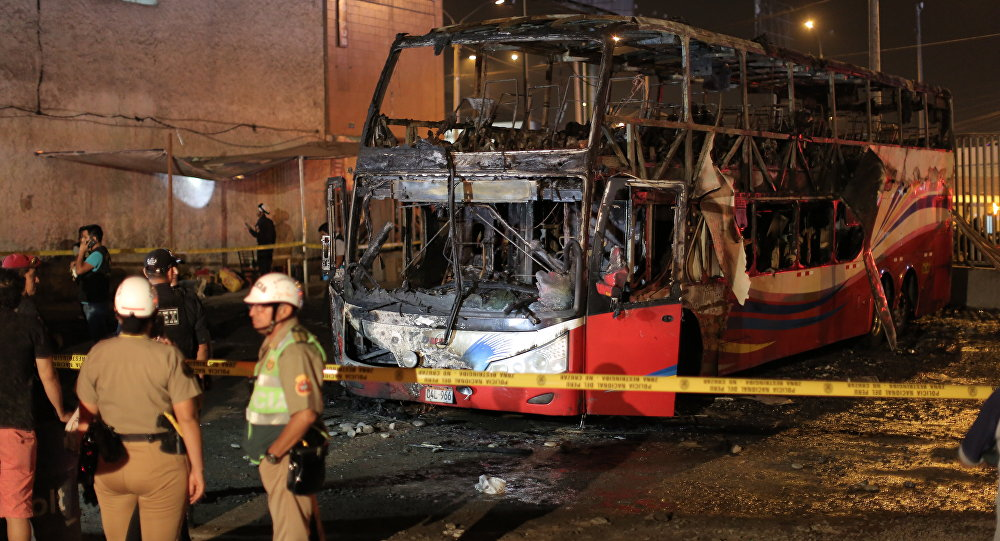 媒体:秘鲁公交巴士起火致20人死亡