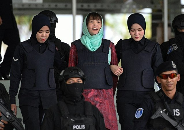 Vietnamese national Doan Thi Huong (C) is escorted by Malaysian police out of the High Court in Shah Alam on April 1, 2019